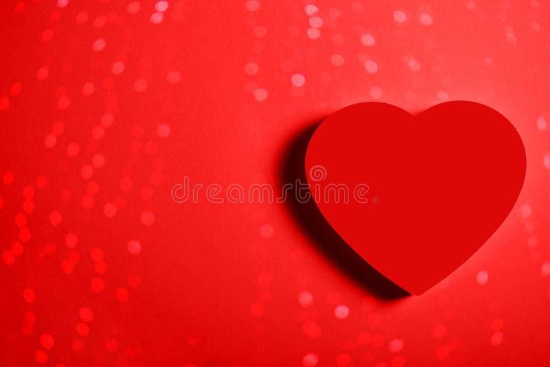 Bello cuore rosso su fondo vibrante illustrazione vettoriale