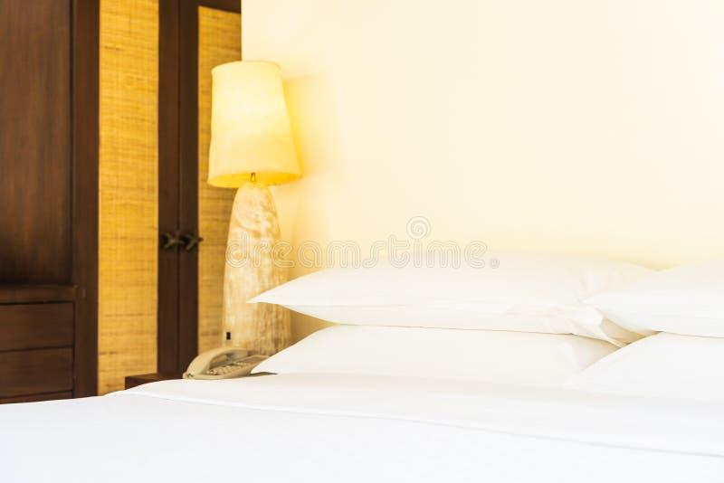 Bello cuscino comodo sulle decorazioni in camera da letto immagini stock