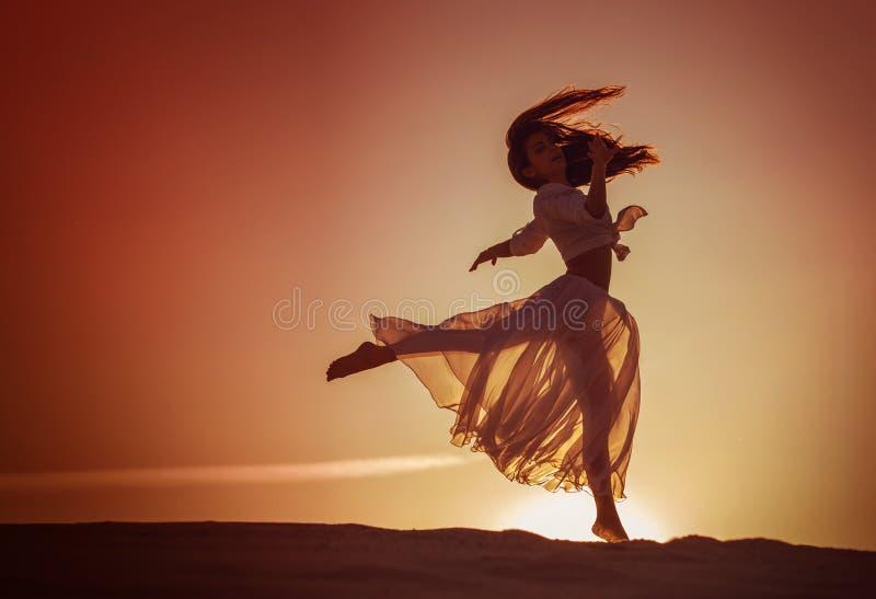 Bello dancing della donna al tramonto fotografia stock