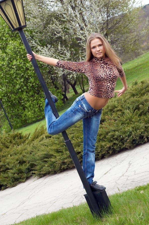 Bello dancing della ragazza sul fotografia stock libera da diritti
