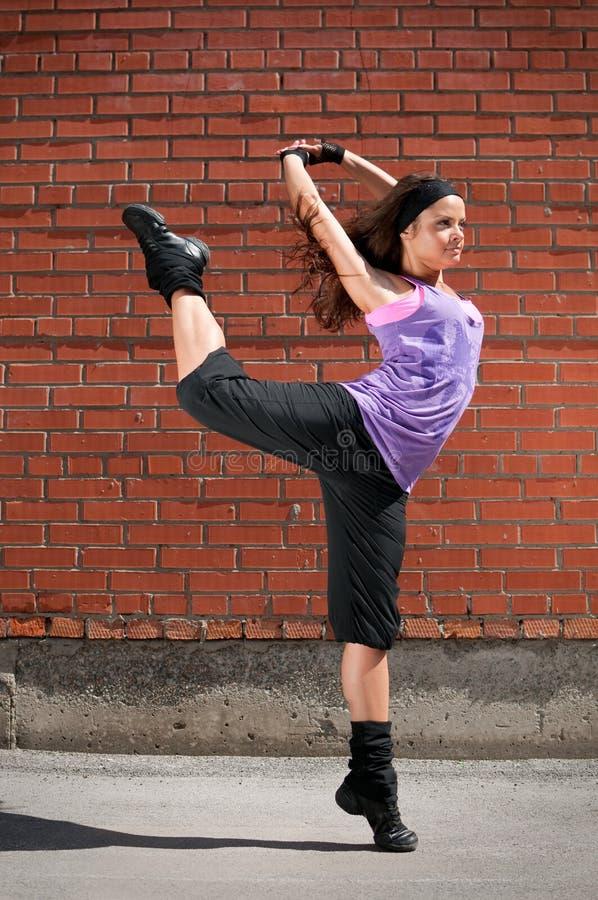Bello dancing hip-hop della ragazza immagine stock libera da diritti