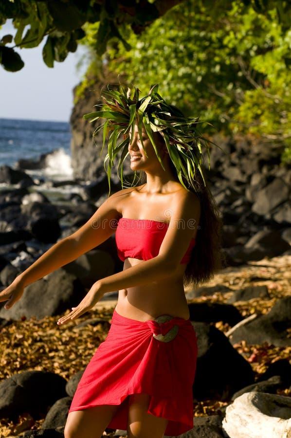 Bello dancing polinesiano della donna immagine stock libera da diritti