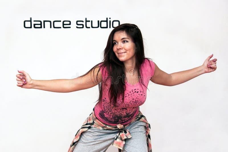 Bello dancing sorridente sveglio flessibile della ragazza nel ballo fotografie stock
