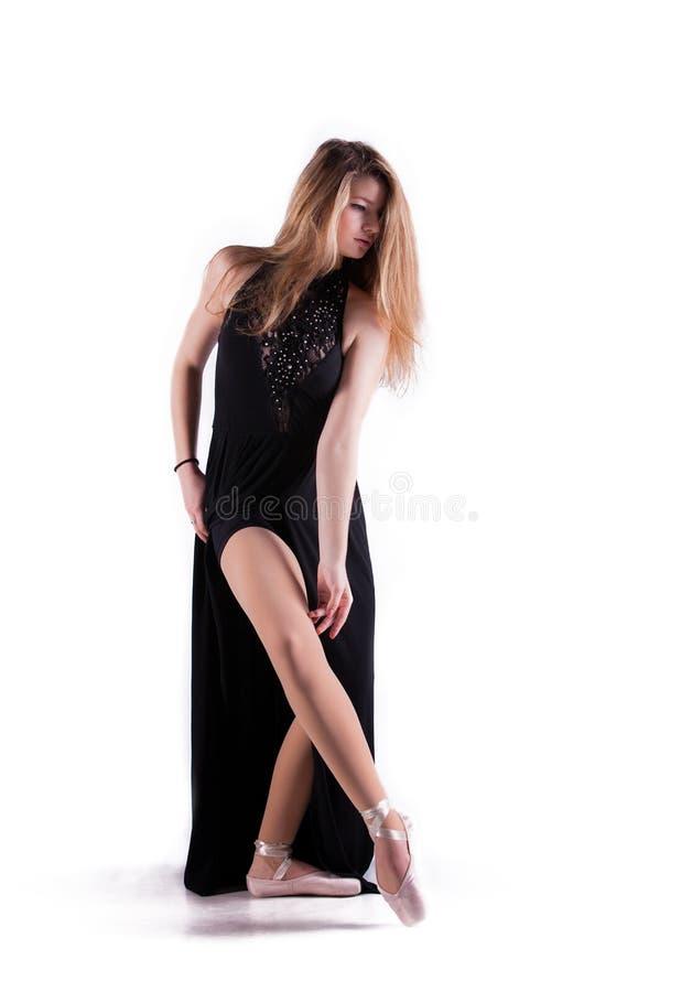 Bello danzatore che propone nello studio fotografia stock