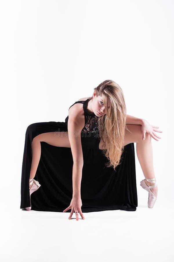 Bello danzatore che propone nello studio immagine stock