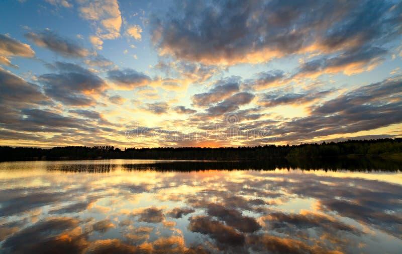 Bello declino sul lago immagini stock