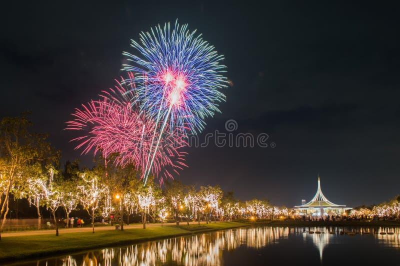 Bello dei fuochi d'artificio in Tailandia fotografia stock