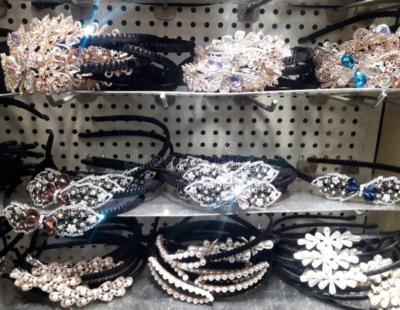 Bello della fascia della donna di varietà sugli scaffali nel negozio Vestito da cerimonia nuziale diadems monili fotografia stock libera da diritti