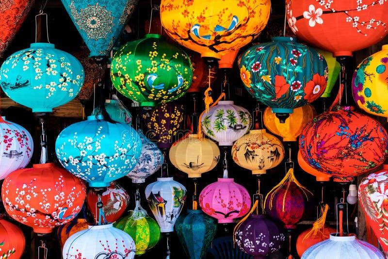 Bello delle lanterne della decorazione leggere nel mercato di notte di Hoi An, Vietnam fotografia stock libera da diritti