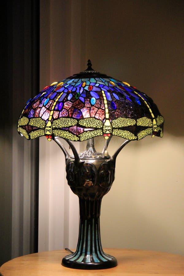 Bello dettaglio in lampada del vetro macchiato che si siede sulla tavola nell'angolo di stanza immagine stock libera da diritti