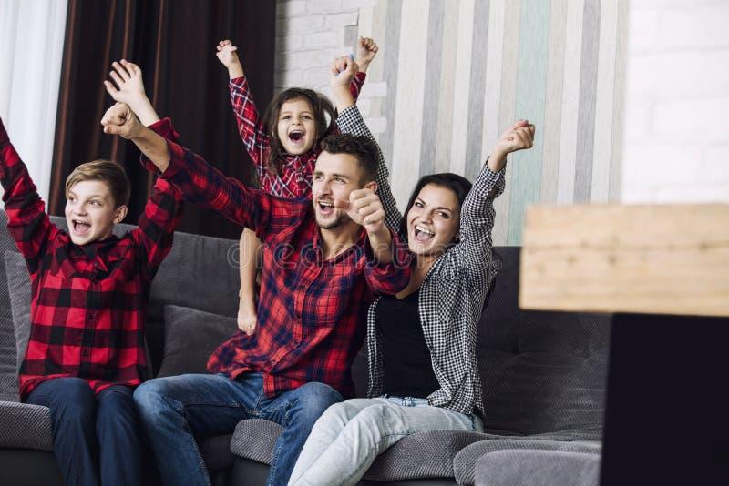 Bello divertimento felice della famiglia di modo insieme a casa in ro vivente immagine stock