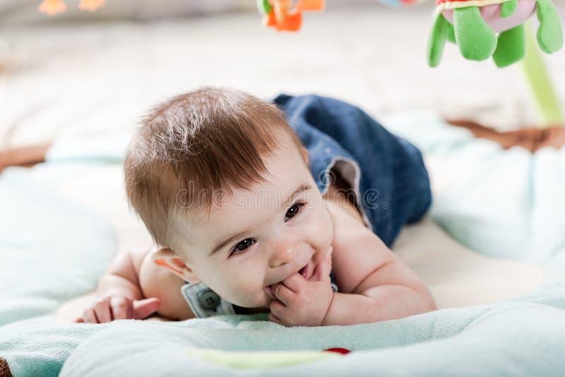 Bello divertiresi della ragazza di neonato immagini stock