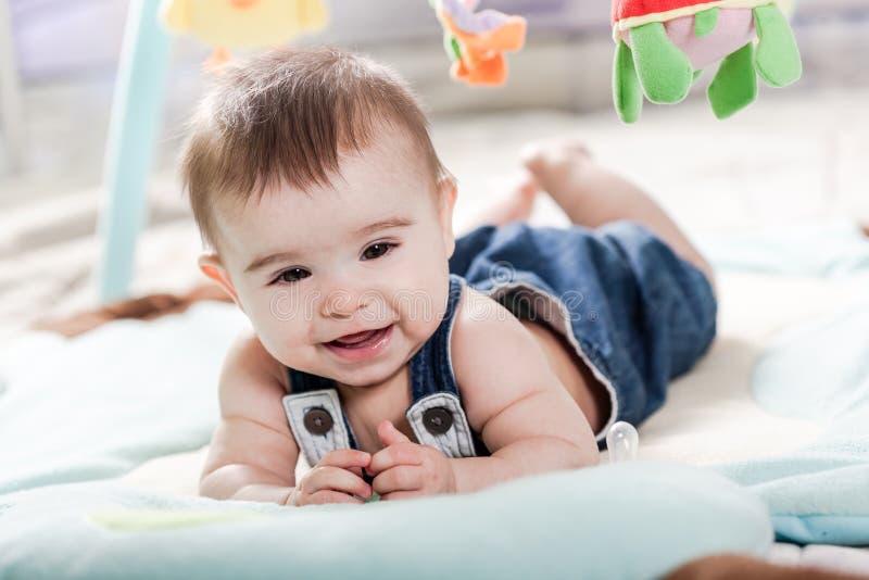 Bello divertiresi della ragazza di neonato fotografia stock libera da diritti
