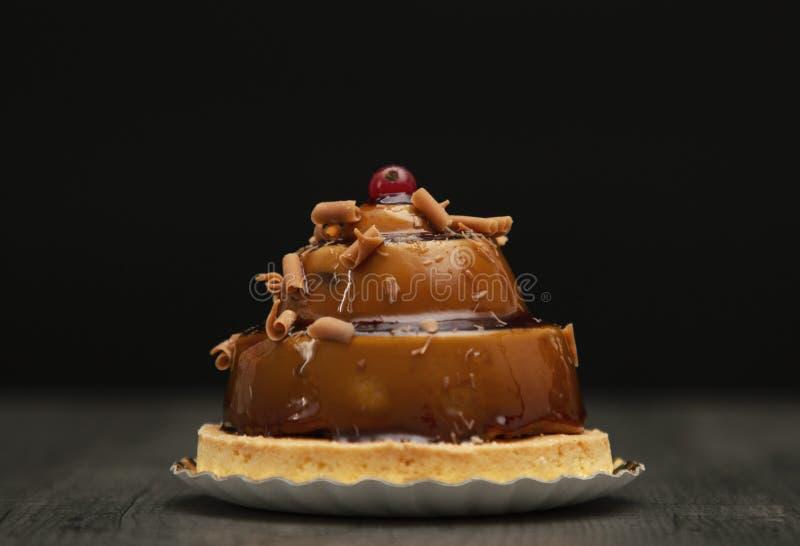 Bello dolce alla moda del caramello con la bacca sulla cima immagini stock libere da diritti