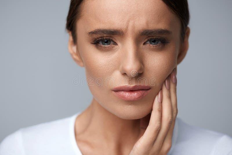 Bello dolore di dente di sensibilità della donna, mal di denti doloroso salute immagine stock libera da diritti