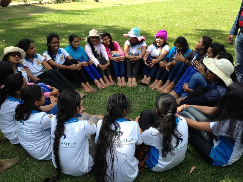 Bello dozzine di ragazze stanno sedendo in un cerchio fotografia stock libera da diritti