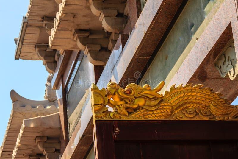 Bello drago dorato avuto bisogno sopra la porta di legno a Chin fotografia stock libera da diritti