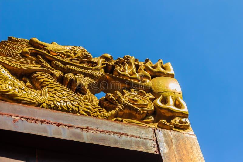 Bello drago dorato avuto bisogno sopra la porta di legno a Chin fotografie stock libere da diritti