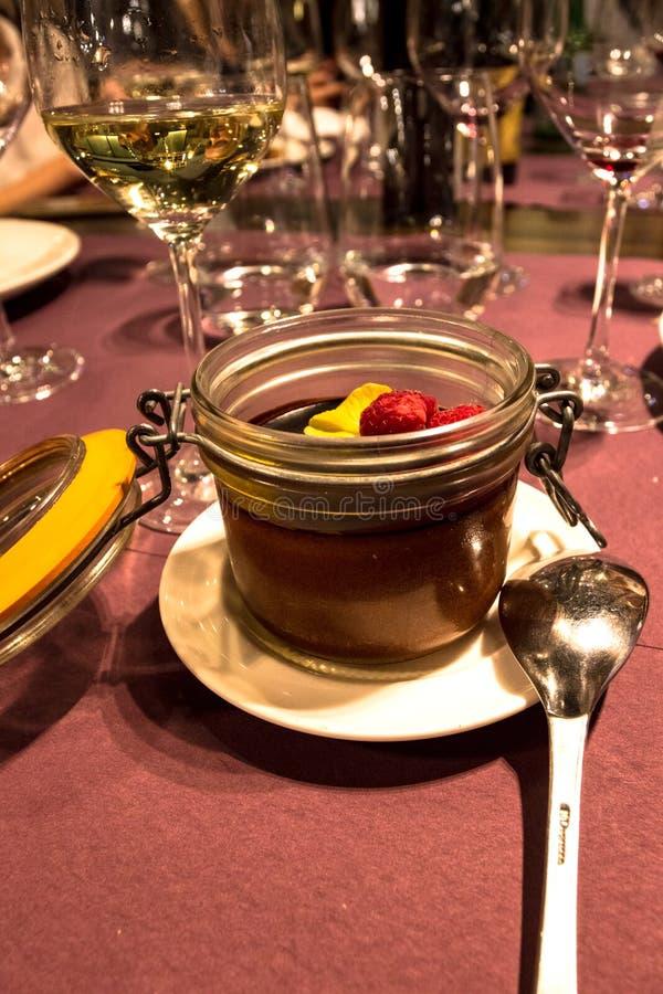 Bello e cioccolato fatto a mano scuro delizioso per il dessert al ristorante immagine stock