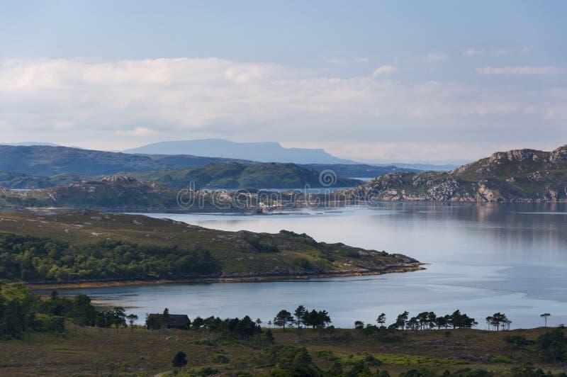 Bello e paesaggio sereno di un lago negli altopiani della Scozia, Regno Unito immagine stock