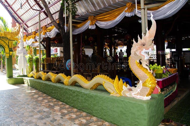 Bello ente completo lungo di grande scultura del naga al tempio di rai-Khing del wat fotografia stock