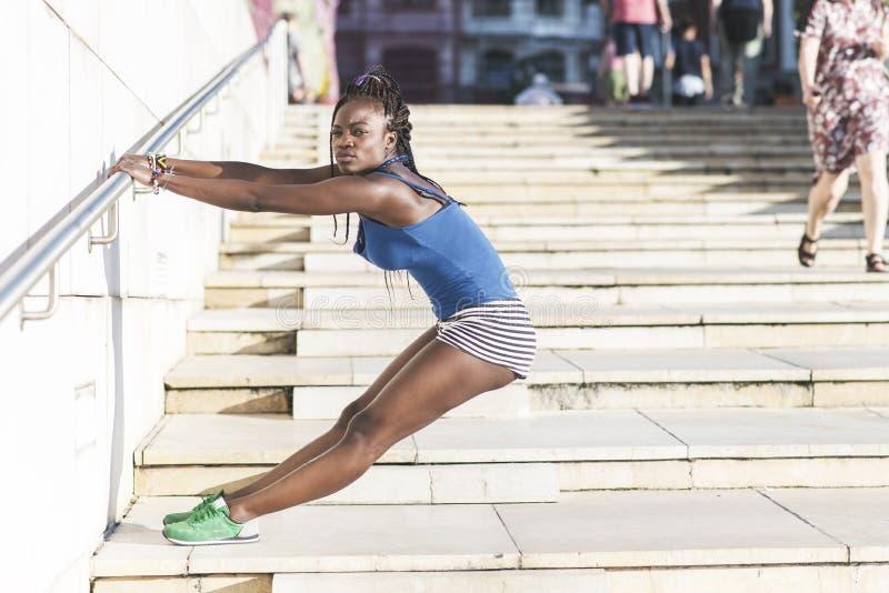 Bello esercizio africano della donna di sport e tarining, stile di vita sano immagini stock libere da diritti