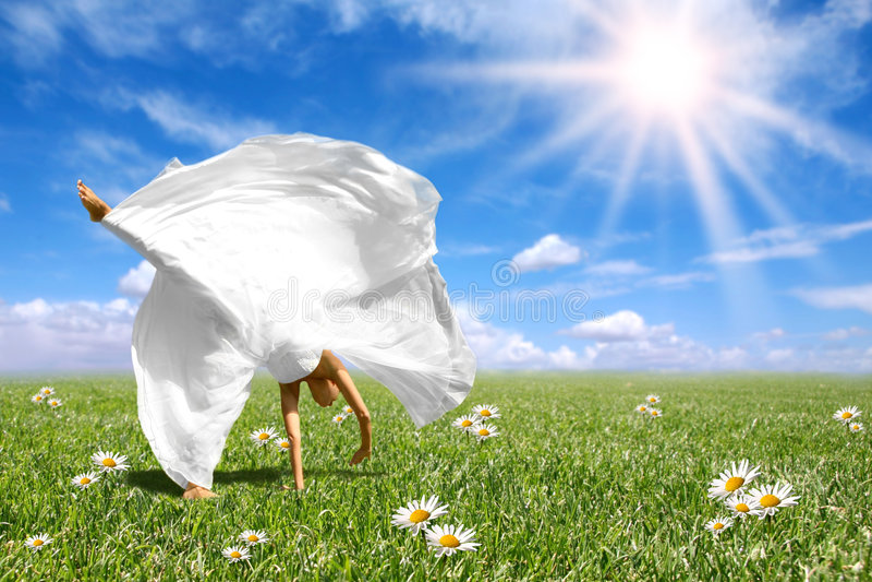 bello fare del cartwheel della sposa felice fotografia stock libera da diritti