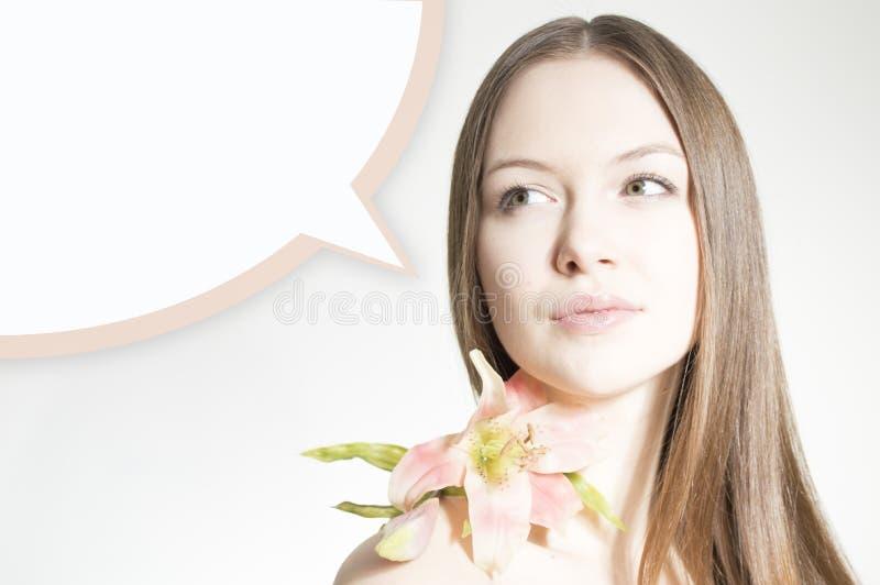 Bello fiore della tenuta della donna sul fondo e sulla bolla bianchi del copyspace immagini stock libere da diritti