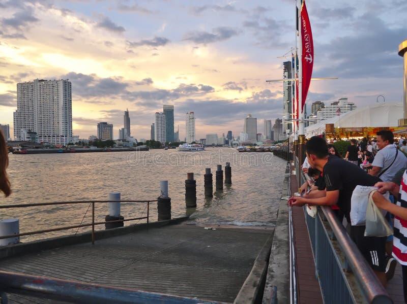 Bello fiume Chao Phraya River di Asiatique BANGKOK TAILANDIA nella sera e nella penombra fotografie stock
