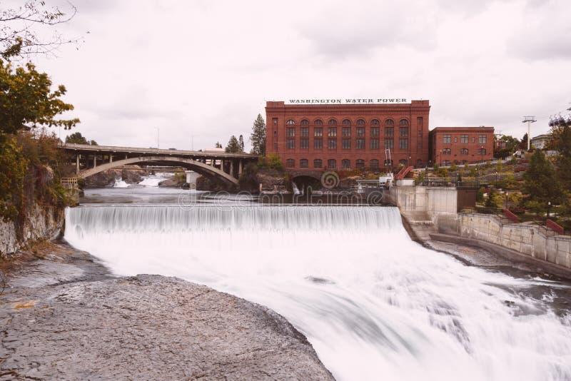 Bello fiume che corre sotto un ponte in una città urbana fotografie stock