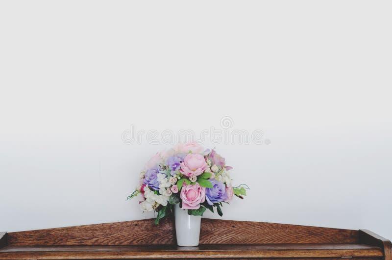 Bello fondo bianco del vaso di fiore fotografia stock
