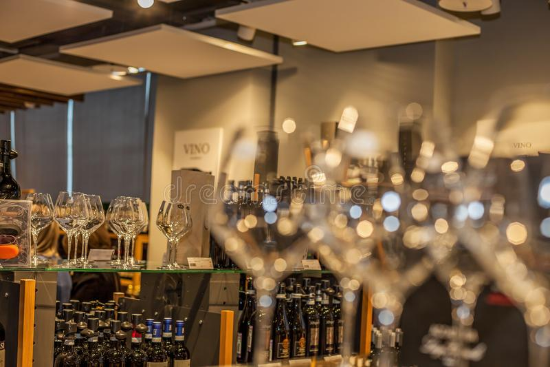 Bello fondo con i vetri e le bottiglie di vino fotografia stock