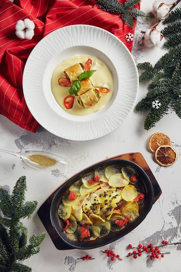 Bello fondo del nuovo anno con il pesce Potat affettato di sotto al forno immagine stock
