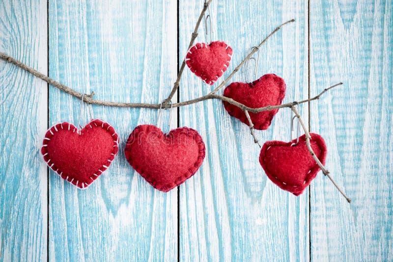 Bello fondo di legno blu con i cuori rossi Migliore carta per il San Valentino immagine stock