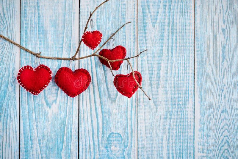 Bello fondo di legno blu con i cuori rossi Migliore carta per il San Valentino fotografie stock libere da diritti