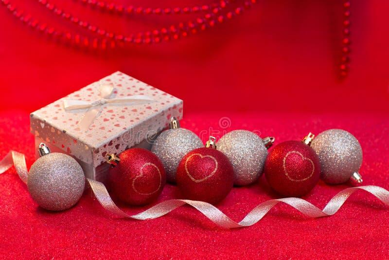 Bello fondo di Natale con le palle rosse e bianche immagine stock libera da diritti
