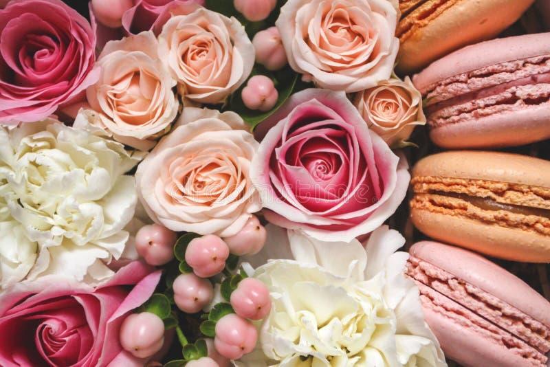 Bello fondo floreale nella scatola con i maccheroni sopra i precedenti immagine stock