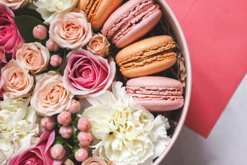 Bello fondo floreale nella scatola con i maccheroni sopra i precedenti fotografia stock libera da diritti