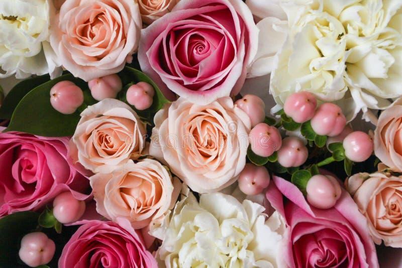 Bello fondo floreale nella scatola con i maccheroni sopra i precedenti immagine stock libera da diritti