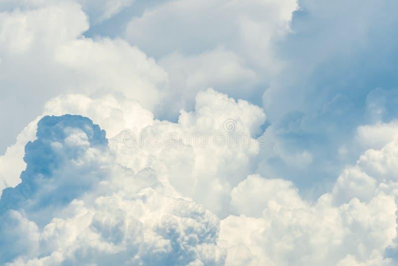 Bello fondo lanuginoso bianco dell'estratto della nuvola cloudscape Nuvole bianche lanuginose il giorno soleggiato Tempo della na fotografia stock