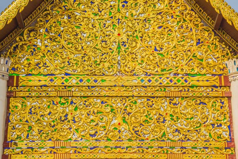 Bello fondo modellato dorato sull'estremità di timpano buddista della chiesa Chiuda sul fondo dorato del modello elaborato sul ti immagine stock libera da diritti
