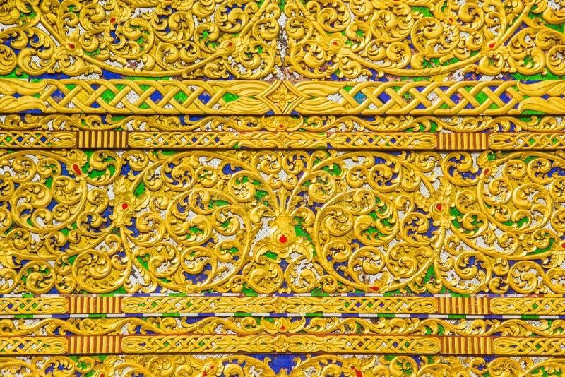 Bello fondo modellato dorato sull'estremità di timpano buddista della chiesa Chiuda sul fondo dorato del modello elaborato sul ti fotografia stock