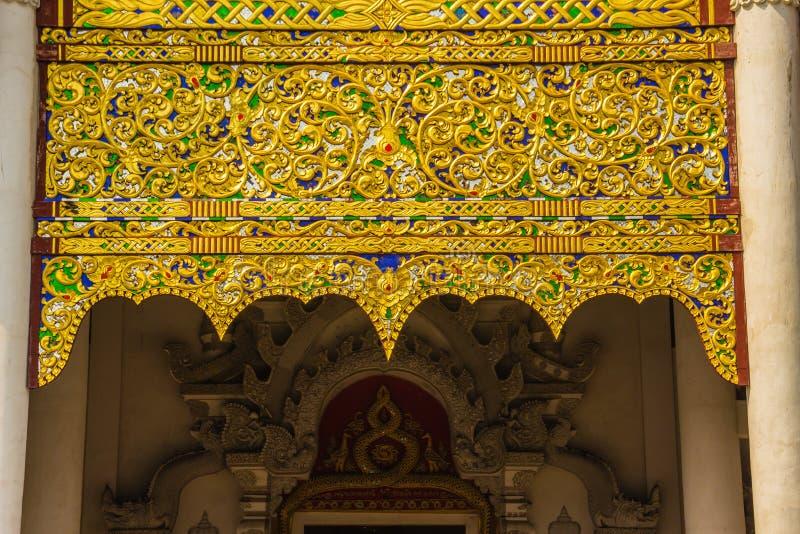 Bello fondo modellato dorato sull'estremità di timpano buddista della chiesa Chiuda sul fondo dorato del modello elaborato sul ti fotografia stock libera da diritti