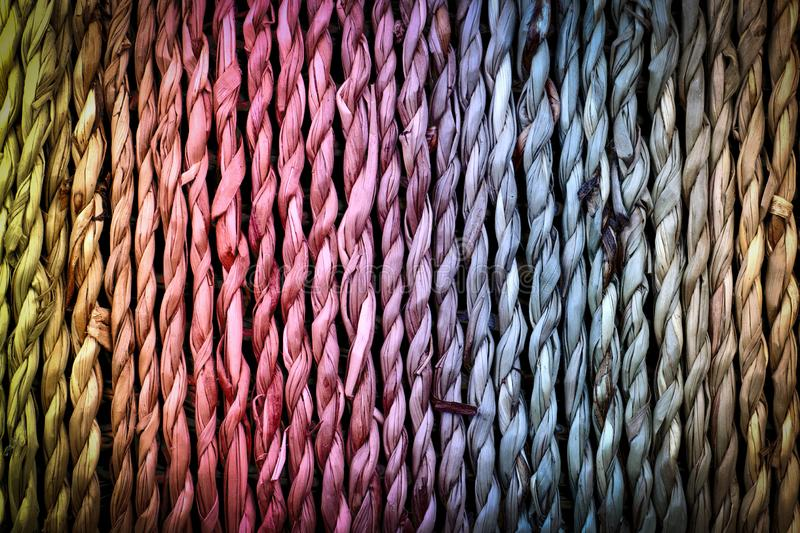 Bello fondo variopinto, canestro naturale della corda intrecciata della fibra fotografia stock libera da diritti