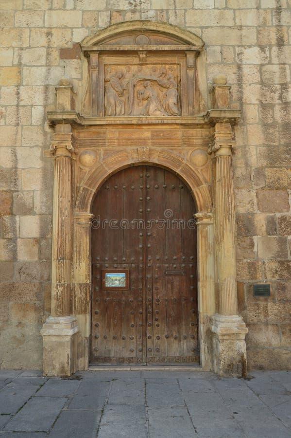 Bello Front Facade Of The Church di Alcala De Henares University con un nido delle cicogne nel suo vecchio campanile Architettura fotografia stock