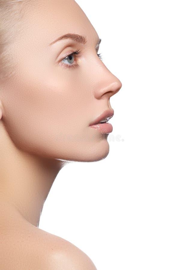 Bello fronte con pelle fresca pulita Giovane donna del ritratto con i bei occhi azzurri e fronte - su fondo bianco fotografia stock libera da diritti