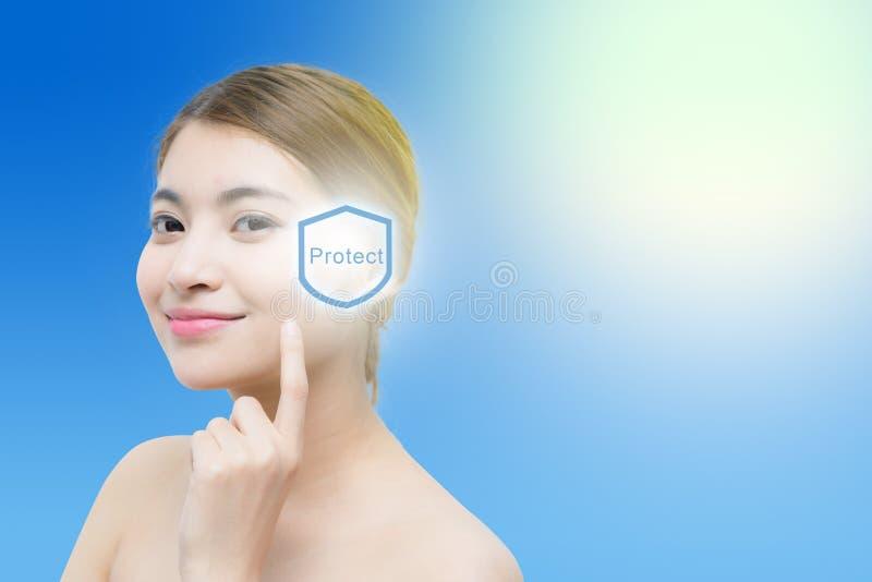 Bello fronte della donna con sole, il concetto per cura di pelle ed il blocchetto del sole immagine stock libera da diritti