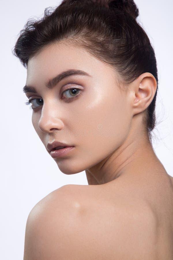 Bello fronte della giovane donna con la fine fresca pulita della pelle su isolata su bianco Ritratto di bellezza Bella donna dell fotografia stock libera da diritti