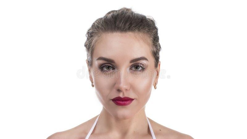 Bello fronte della giovane donna con la fine fresca pulita della pelle su isolata su bianco Ritratto di bellezza Bella donna dell fotografie stock