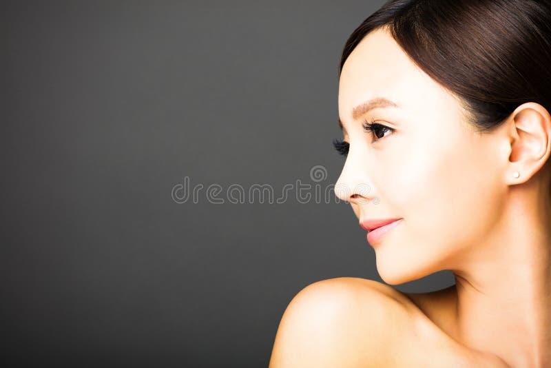 Bello fronte della giovane donna di vista laterale fotografia stock libera da diritti
